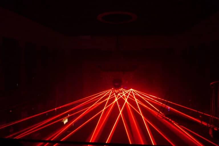 Czerwone lasery na dyskotece na żywo