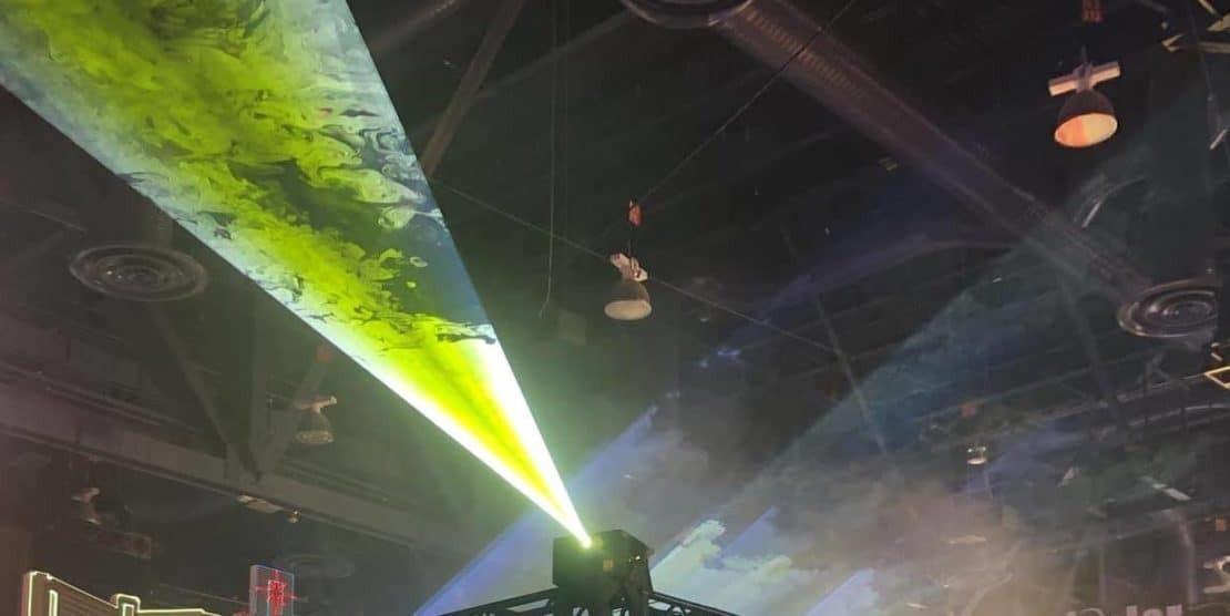 Dym przy pokazie laserów