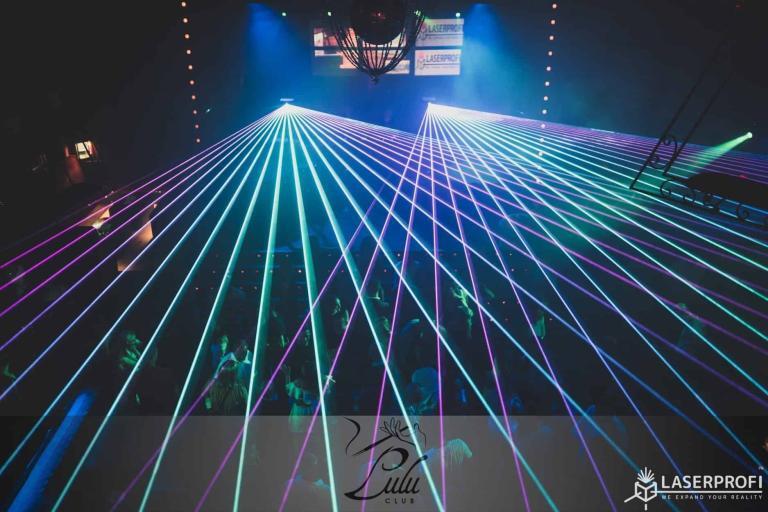 Lasery dyskotekowe na żywo na dyskotece