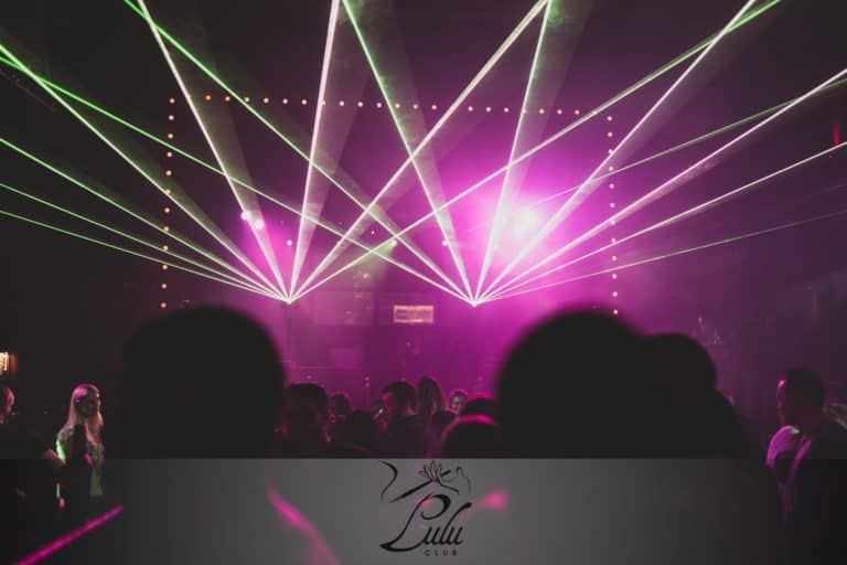 Lasery dyskotekowe na żywo w klubie