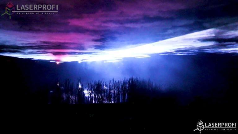 Niebo laserowe nad stawem