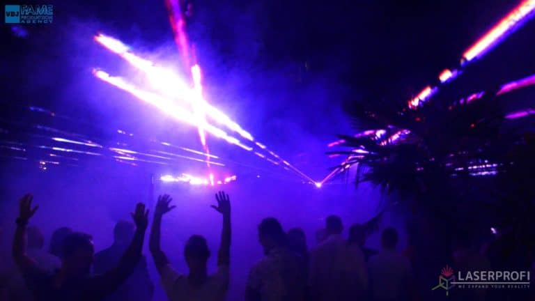 Pokaz laserów na weselu grudziądz plaża wiązki laserowe fioletowe