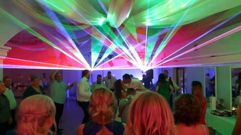 Pokaz laserów na weselu sesja zdjęciowa z parą młodą