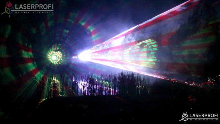 Pokaz laserów nad stawem