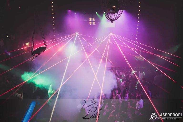 Pokaz laserów podczas imprezy