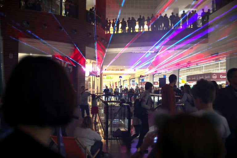 Pokaz laserowy na żywo w centrum handlowym w krakowie