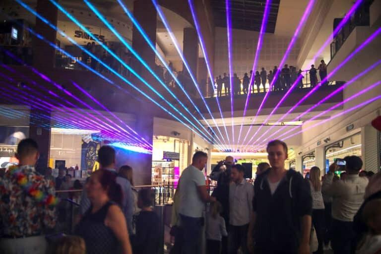 Pokaz laserowy na żywo w galerii handlowej w Krakowie