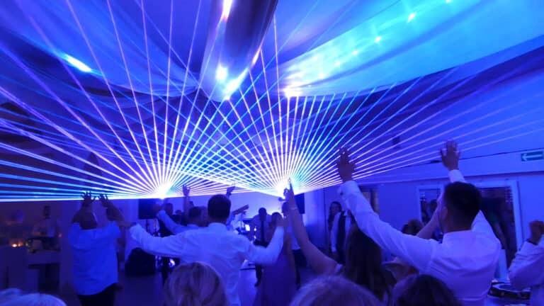 Pokaz laserowy na weselu niebieskie wiązki laserowe