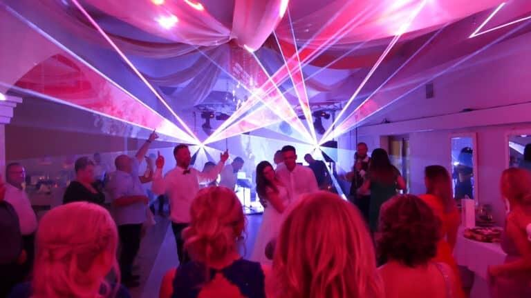 Pokaz laserowy na weselu para młoda sesja zdjęciowa