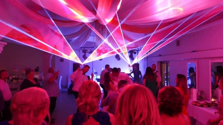 Pokaz laserowy na weselu sesja zdjęciowa z parą młodą