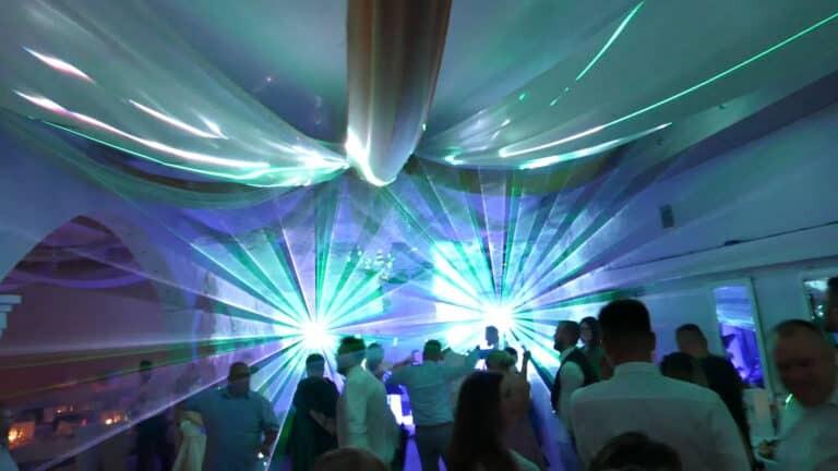 Pokaz laserowy na weselu taniec gości na parkiecie