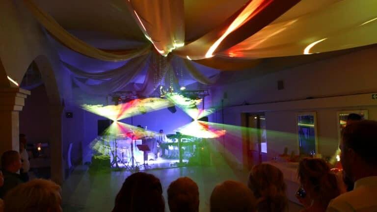 Pokaz laserowy na weselu wielokolorowe płaszcze laserowe