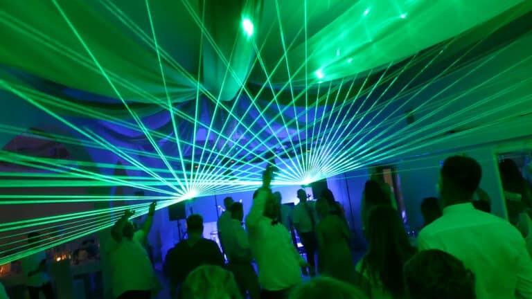 Pokaz laserowy na weselu zielone wiązki laserowe