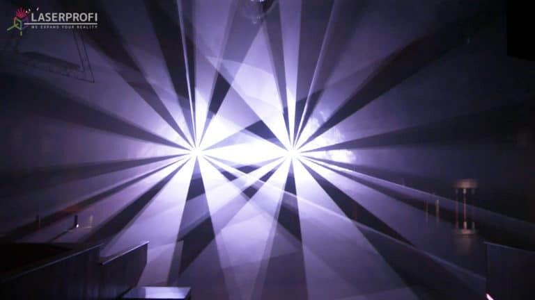 Pokaz laserowy przestrzenny - białe wiązki laserowe