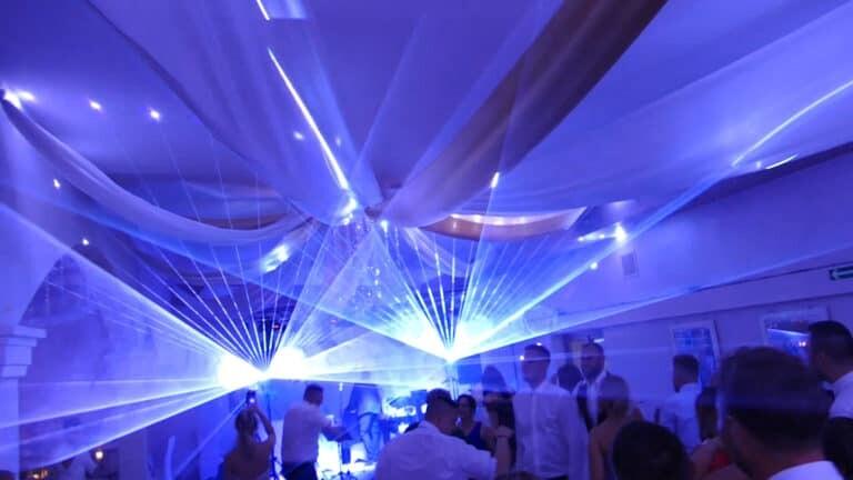Pokaz laserowy przestrzenny na weselu białe wachlarze laserowe