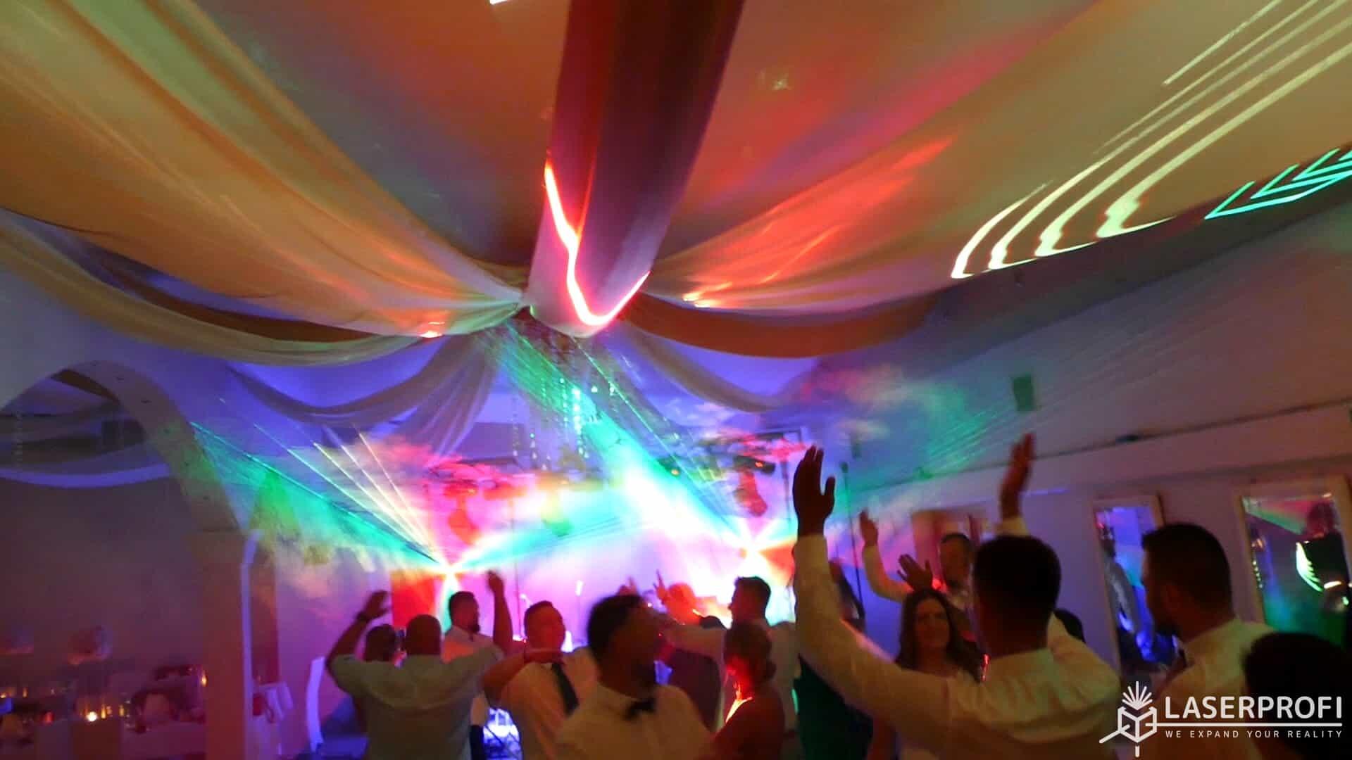 Pokaz laserowy przestrzenny na weselu czerwony tunel laserowy