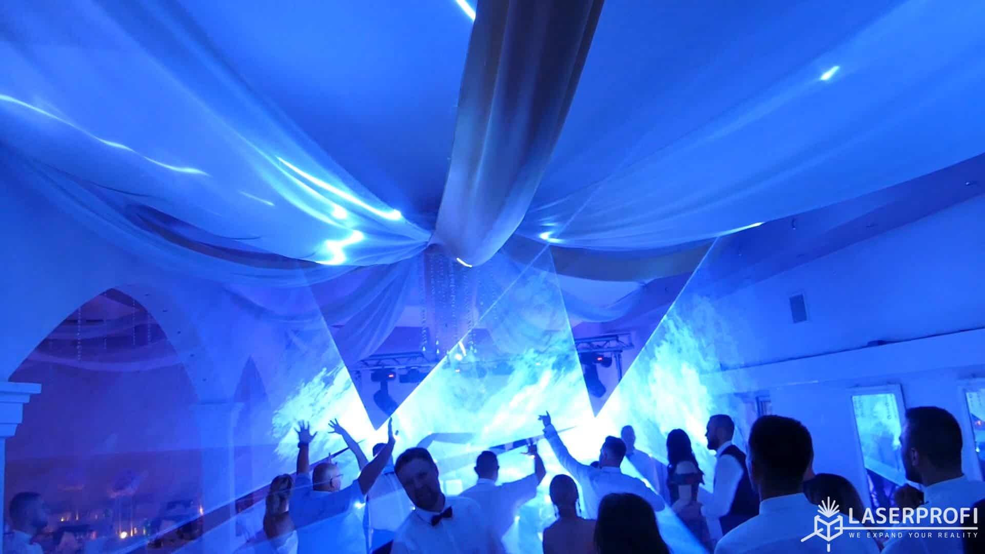 Pokaz laserowy przestrzenny na weselu niebieski kolor