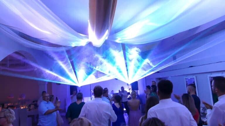 Pokaz laserowy przestrzenny na weselu wachlarz laserów wielokolorowy