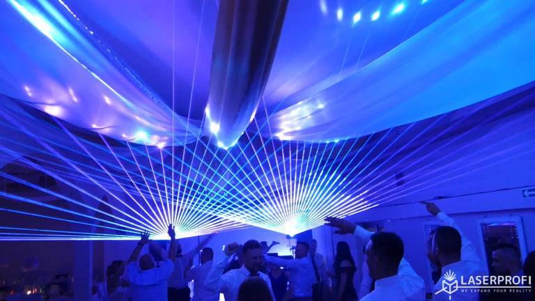 Pokaz laserowy przestrzenny na weselu wielokolorowy wachlarz laserowy na sali weselnej