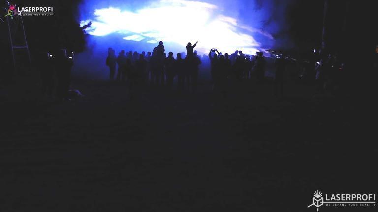 Pokaz laserowy przestrzenny - niebieski płaszcz laserowy
