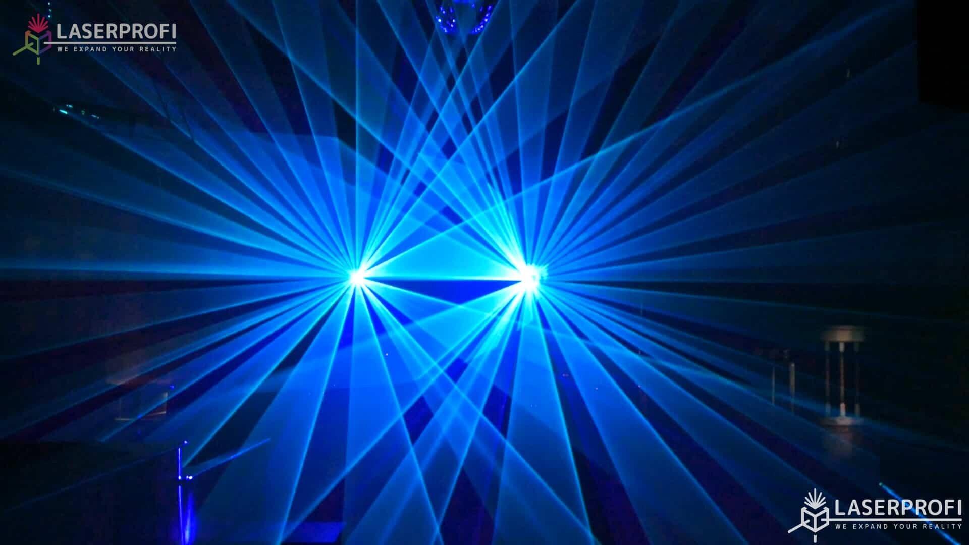Pokaz laserowy przestrzenny - niebieskie wiązki laserowe