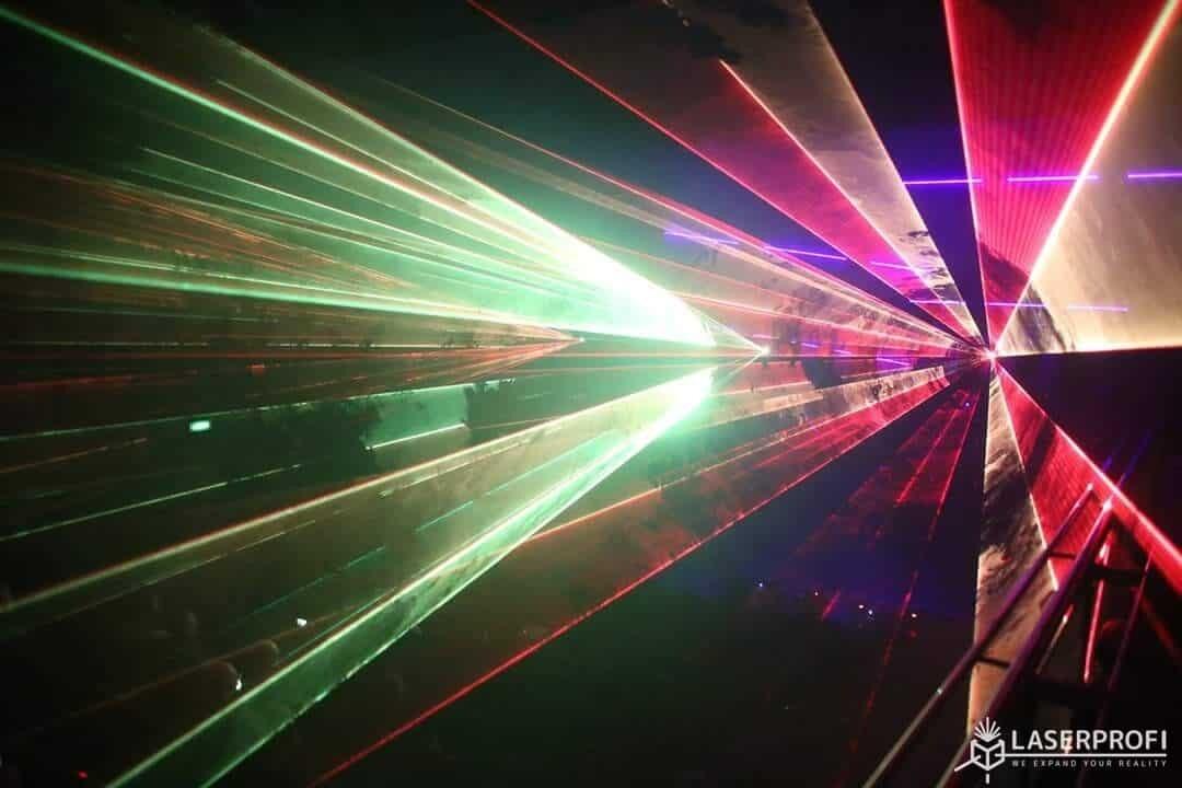 Pokaz laserowy przestrzenny w centrum kultury