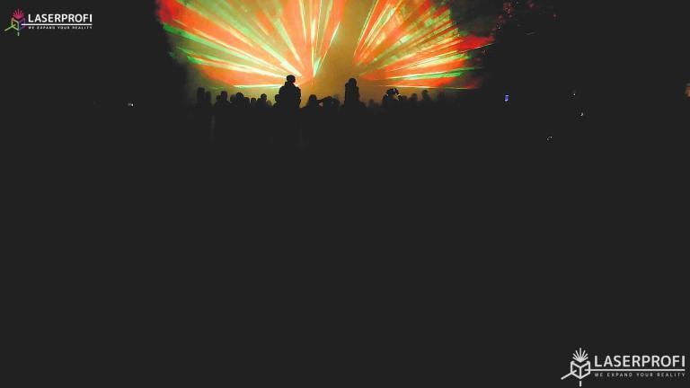 Pokaz laserowy przestrzenny - wiązki laserowe czerwono żółte