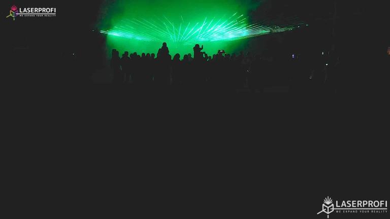 Pokaz laserowy przestrzenny - zielone promienie