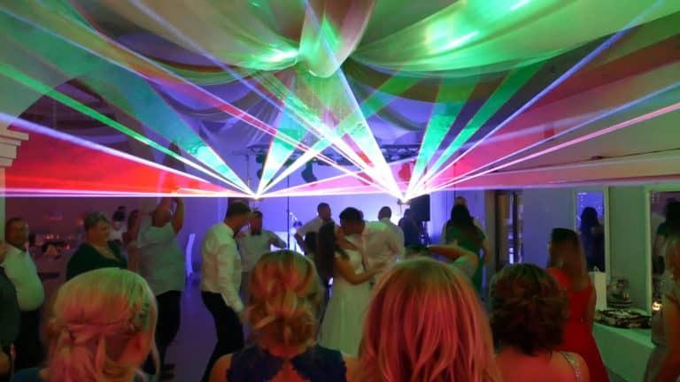 Pokaz laserowy sesja zdjęciowa z parą młodych