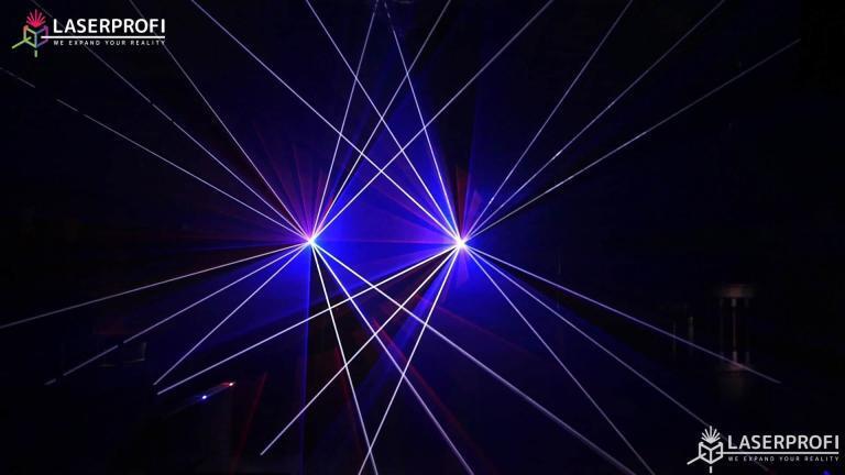 Przestrzenny pokaz laserowy białe wiazki laserowe