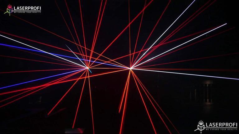 Przestrzenny pokaz laserowy czerwone wiązki laserowe