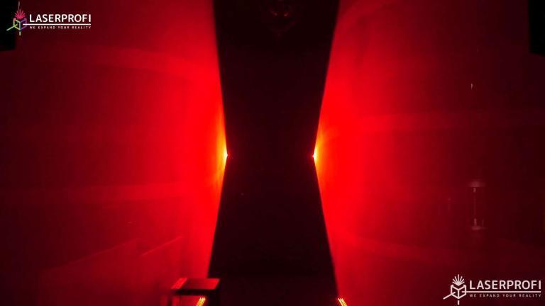 Przestrzenny pokaz laserowy czerwony korytarz laserowy