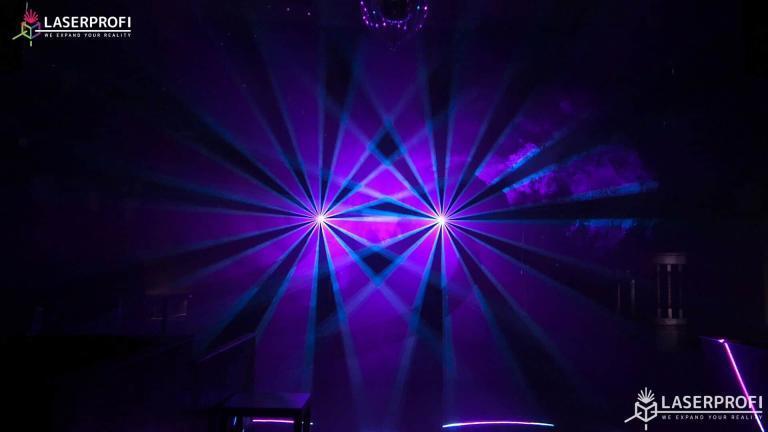 Przestrzenny pokaz laserowy fioletowy wachlarz laserowy