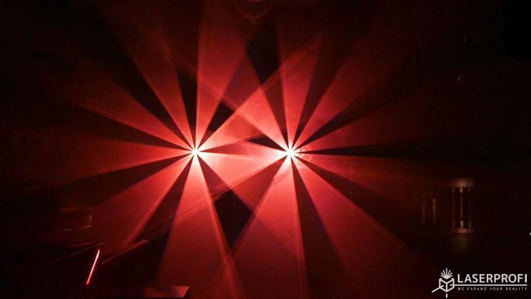 Przestrzenny pokaz laserowy w klubie dyskotekowym