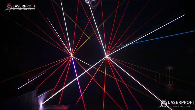 Przestrzenny pokaz laserowy wiązki laserowe