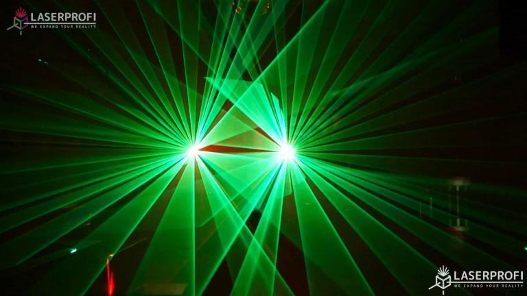 Przestrzenny pokaz laserowy zielone wachlarze laserowe