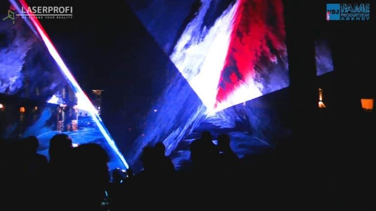 Przestrzenny trójkąt laserowy na pokazie laserowym
