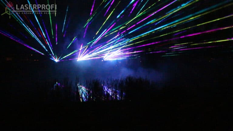 Setki wiązek laserowych na niebie