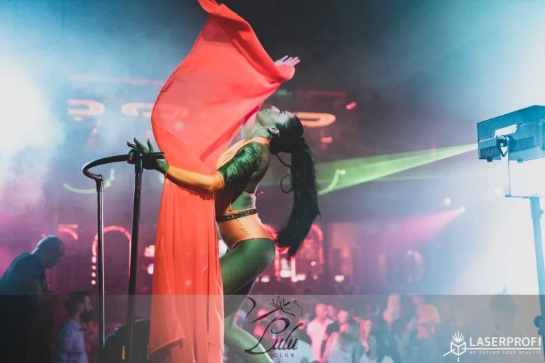Tancerka z laserem na żywo w klubie