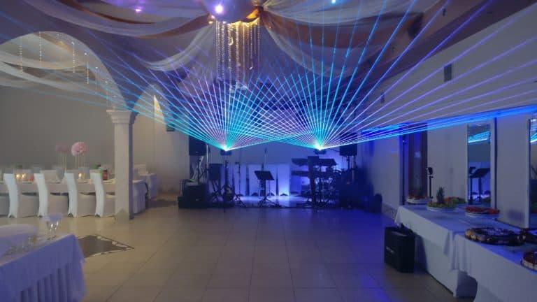 Wachlarz promieni laserowych niebieskich na weselu