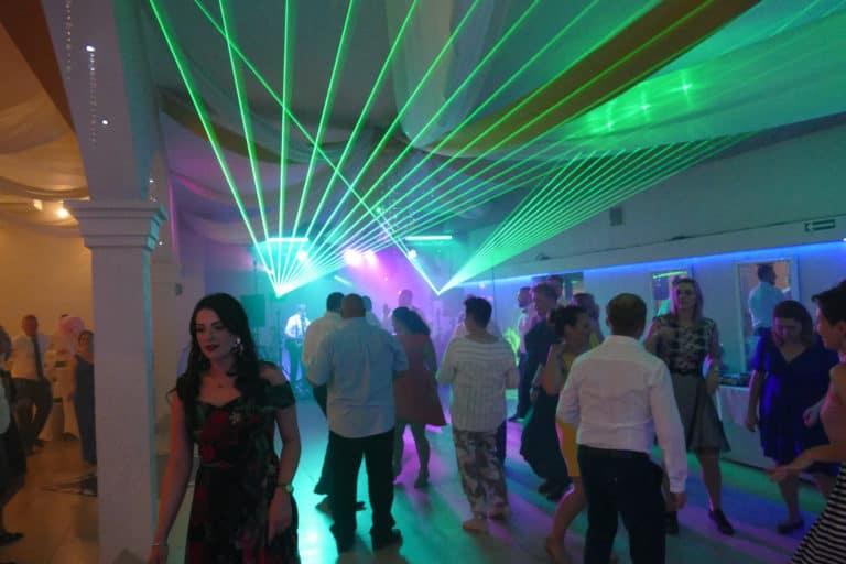 Wachlarz wiązek laserowych na weselu