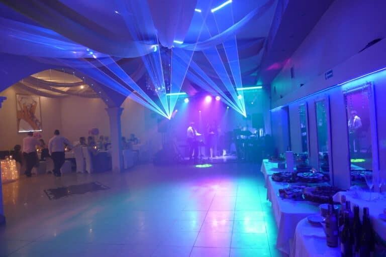 Wachlarze laserów niebieskich na weselu