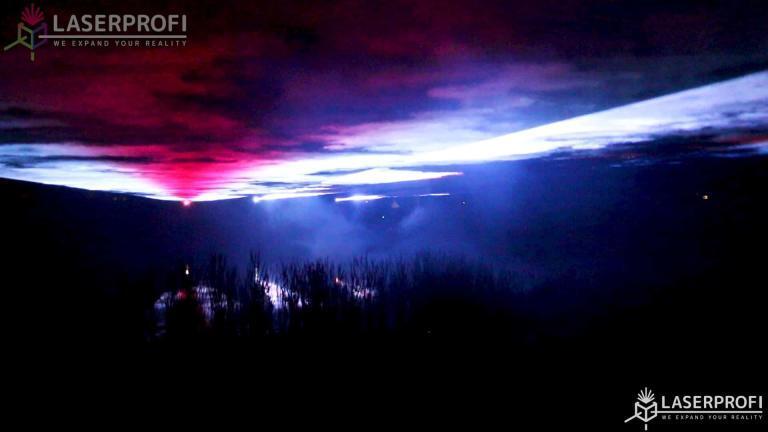Wiązki laserowe nad jeziorem