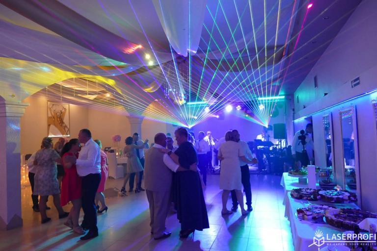 Wielokolorowe lasery na sali weselnej
