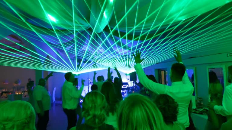 Zielone wiązki laserowe wesele