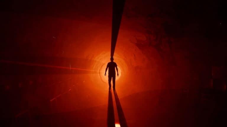 człowiek w tunelu przestrzennym