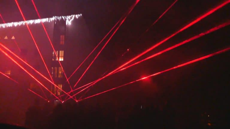 czerwone wiązki laserowe pokaz laserowy w górach