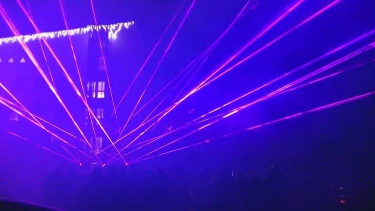 fioletowe wiązki laserowe-pokaz laserowy w górach