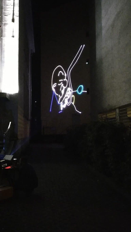 grafika laserowa na budynku