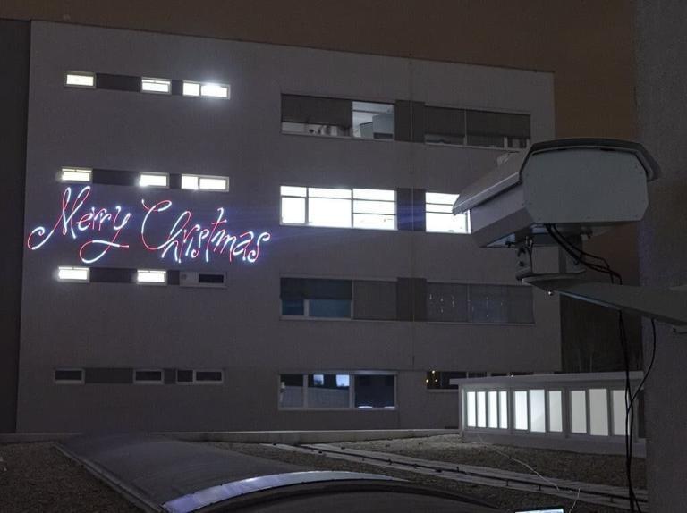 laser do reklamy wyświetlający na budynku animację